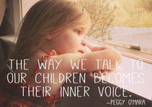 De manier waarop we met kinderen praten, wordt hun innerlijke stem